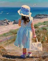 Девочка гуляет на пляжу